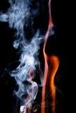 Schließen Sie herauf Ansicht der natürlichen Flamme mit Rauche Stockfotos