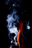 Schließen Sie herauf Ansicht der natürlichen Flamme mit Rauche Stockfoto