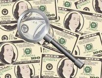 Schließen Sie herauf Ansicht des Amerikaners hundert Dollarscheine mit Vergrößerungsglas Stockfoto