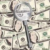 Schließen Sie herauf Ansicht des Amerikaners hundert Dollarscheine mit Vergrößerungsglas Stockbilder