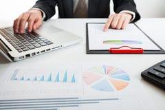 Schließen Sie herauf Ansicht des Buchhalters oder der Finanzinspektorhandherstellung Stockbilder