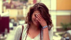 Schließen Sie herauf Ansicht des jungen touristischen Mädchens, das für Kamera aufwirft stock video