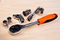 Schließen Sie herauf Ansicht des Reparaturwerkzeugsatzes auf hölzernem Hintergrund Lizenzfreies Stockbild