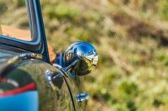 Schließen Sie herauf Ansicht des Sportwagenseitenspiegels stockfotos
