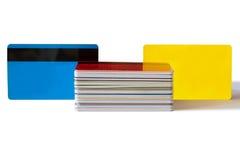 Schließen Sie herauf Ansicht des Stapels der Rabattkarten, die auf weißem Hintergrund mit Schatten lokalisiert werden Lizenzfreies Stockbild