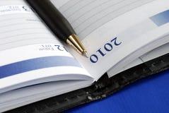 Schließen Sie herauf Ansicht des Tagebuchs mit einer Feder Lizenzfreies Stockfoto