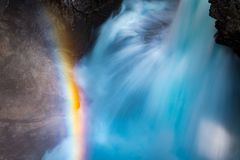 Schließen Sie herauf Ansicht des Wasserfalls mit Regenbogen lizenzfreie stockfotografie