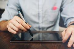 Schließen Sie herauf Ansicht ein Mann ` s von Händen und von digitaler Tablette Geschäftsmann h lizenzfreies stockbild