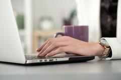 Schließen Sie herauf Ansicht von den Geschäftsfrau- oder Studentenhänden, die an lapto arbeiten Lizenzfreie Stockbilder