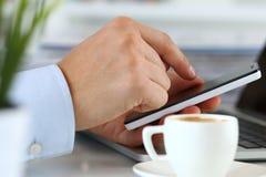 Schließen Sie herauf Ansicht von den Geschäftsmannhänden, die intelligentes Telefon halten stockbild