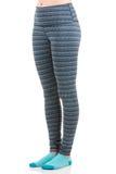 Schließen Sie herauf Ansicht von den Sitzfrauenbeinen, die bunte gestreifte Sporthose und blaue Socken von der Seitenansicht im s Lizenzfreies Stockbild