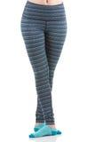 Schließen Sie herauf Ansicht von den Sitzfrauenbeinen, die bunte gestreifte Sporthose und blaue Socken von der Vorderansicht in Ü Stockbilder