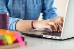 Schließen Sie herauf Ansicht von Geschäftsfrau-, Designer- oder Studentenhand-workin Lizenzfreie Stockfotos