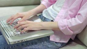 Schließen Sie herauf Ansicht von Keyboarding die Hand der Frau auf Laptop, stock footage