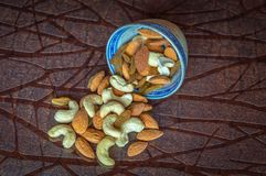 Schließen Sie herauf Ansicht von nuts Acajoubaummandelrosinen in einer Schüssel auf Holztisch Lizenzfreie Stockfotografie