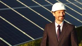 Schließen Sie herauf Ansicht von photo-voltaischen Platten und von glücklichem Direktor der Solarenergiestation stock footage