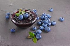 Schließen Sie herauf Ansichtstau in der Glasschüssel mit frischer reifer Blaubeere und Blättern lizenzfreie stockfotografie