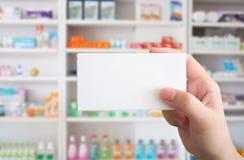 Schließen Sie herauf Apothekerhandgriffmedizin-Kastenpaket Stockfotos