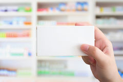 Schließen Sie herauf Apothekerhandgriffmedizin-Kastenpaket Lizenzfreie Stockfotos