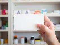 Schließen Sie herauf Apothekerhandgriffmedizin-Kastenpaket Stockbilder