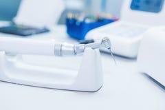 Schließen Sie herauf Ausrüstung in Zahnarzt ` s Büro zahnheilkunde Stockbild