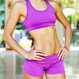 Schließen Sie herauf Bauchmuskeln der jungen Frau des weiblichen Athleten Stockfotografie