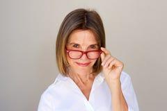 Schließen Sie herauf Berufsfrau mit Gläsern Stockfoto