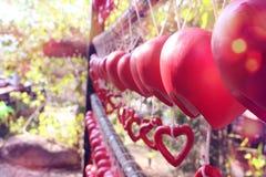 Schließen Sie herauf Bild der keramischen Herzform auf Linie Gartenhintergrund Lizenzfreie Stockfotografie