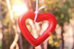 Schließen Sie herauf Bild der keramischen Herzform auf Linie Gartenhintergrund Stockbild