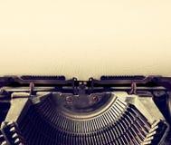 Schließen Sie herauf Bild der Schreibmaschine mit Papierblatt kopieren Sie Platz für Ihren Text terto gefiltert Lizenzfreie Stockfotos
