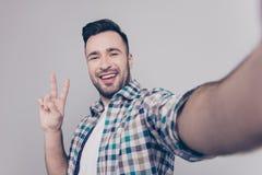 Schließen Sie herauf Bild des attraktiven Blogger mit strahlendem Lächeln, brist Lizenzfreies Stockfoto