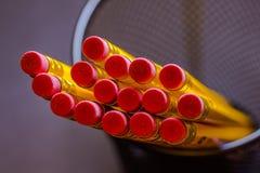 Schließen Sie herauf Bild des Glases mit gelben Bleistiften mit rotem Radiergummi Stockbild