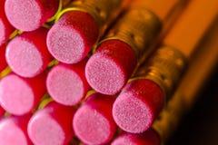 Schließen Sie herauf Bild des Glases mit gelben Bleistiften mit rotem Radiergummi Stockfoto