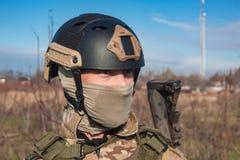 Schließen Sie herauf Bild des Soldaten im Sturzhelm Stockfotografie