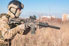 schließen Sie herauf Bild des Soldaten mit Gewehr Stockfoto