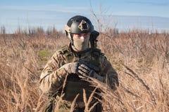 Schließen Sie herauf Bild des Soldaten mit Pistole Stockbilder