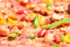 Schließen Sie herauf Bild einer geschmackvollen bbq-Pizza Stockfotos