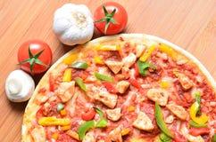 Schließen Sie herauf Bild einer geschmackvollen bbq-Pizza Lizenzfreies Stockbild