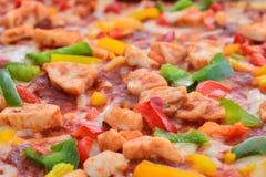 Schließen Sie herauf Bild einer geschmackvollen bbq-Pizza Lizenzfreie Stockfotos
