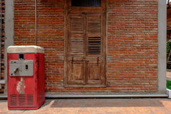 Schließen Sie herauf Bild und Weinleseart auf alter Tür und der Backsteinmauer, alt Lizenzfreies Stockfoto