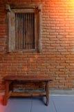 Schließen Sie herauf Bild und Weinleseart auf Fenster und alter Backsteinmauer, O Stockbild