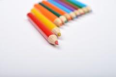 Schließen Sie herauf Bild vieler kleinen farbigen Bleistiftzeichenstifte auf Weiß Stockbilder