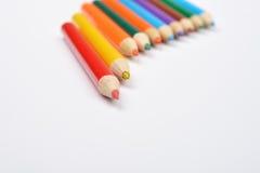 Schließen Sie herauf Bild vieler kleinen farbigen Bleistiftzeichenstifte auf Weiß Lizenzfreies Stockfoto