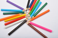 Schließen Sie herauf Bild vieler kleinen farbigen Bleistiftzeichenstifte auf Weiß Lizenzfreies Stockbild