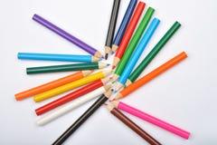 Schließen Sie herauf Bild vieler kleinen farbigen Bleistiftzeichenstifte auf Weiß Stockfotos