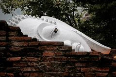 Schließen Sie herauf Bild von Buddha-Kopf hinter der alten Backsteinmauer Stockfoto