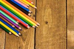 Schließen Sie herauf Bild von bunten Bleistiften auf alter hölzerner Plattform Lizenzfreies Stockbild