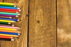 Schließen Sie herauf Bild von bunten Bleistiften auf alter hölzerner Plattform Lizenzfreies Stockfoto
