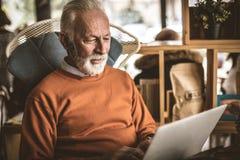 Schließen Sie herauf Bild von den älteren Geschäftsmännern, die an seinem Haus arbeiten lizenzfreie stockfotos