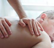 Schließen Sie herauf Bild von den Händen, die Massage machen lizenzfreie stockfotografie
